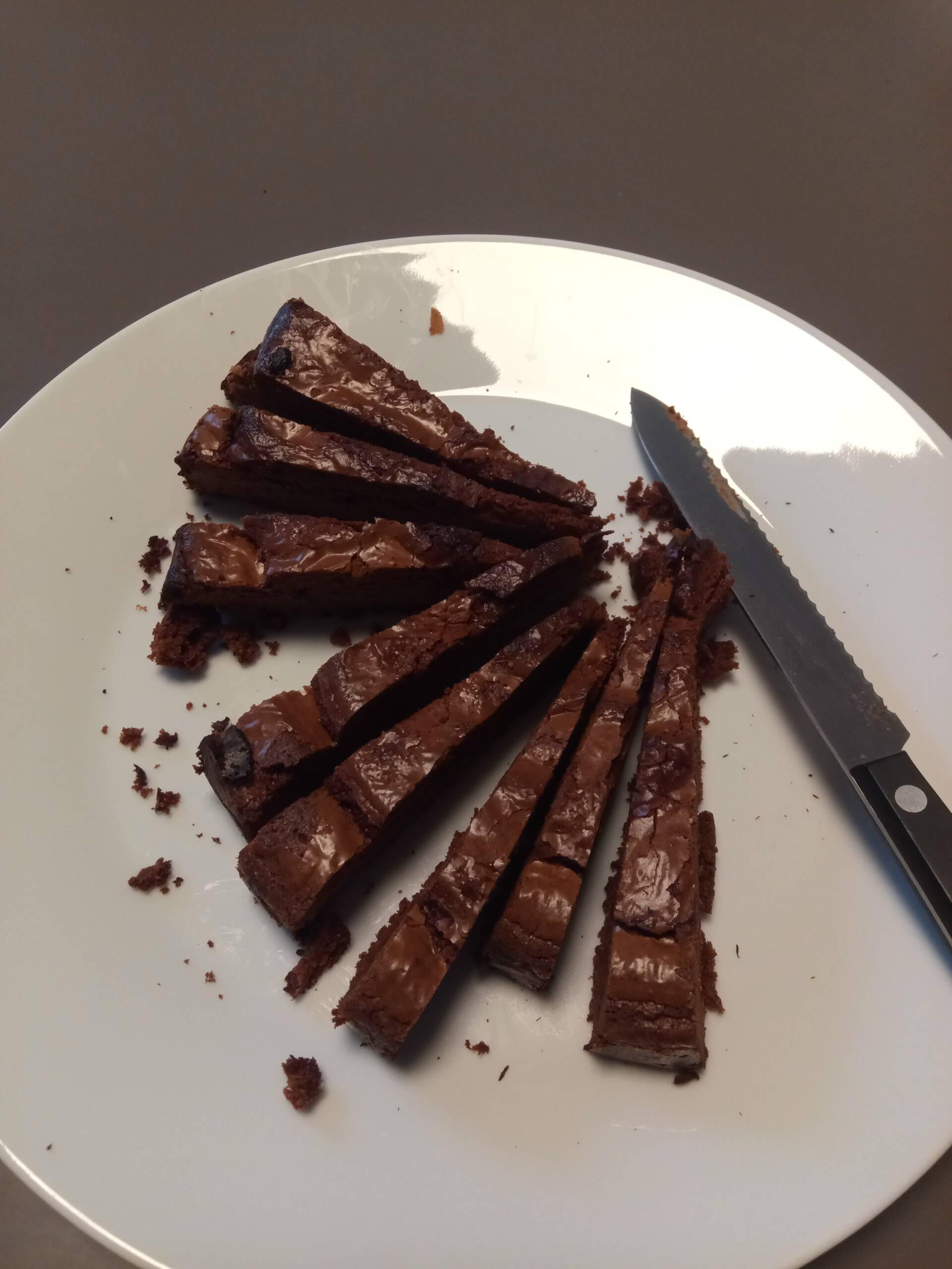 Foto vom aufgeschnittenen Schoko-Chili-Kuchen